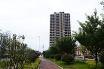 建设中的高楼和城市健康步道