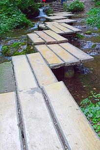 弯曲的小河桥梁