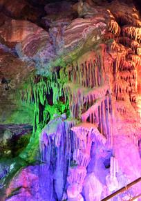 彩色灯光下的石帘景观