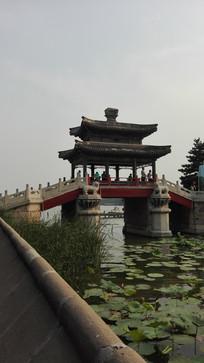 河道上的廊桥