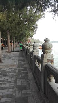 湖边的护栏