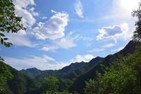 蓝天白云和层叠的山脉