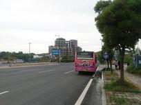 行驶在道路上的公交车