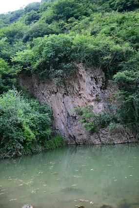 岩石崖壁下的水潭