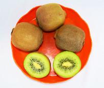 红色果盘中的猕猴桃