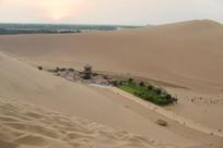 响沙坡沙丘俯瞰月泉湾月牙泉