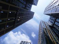 仰望高楼大厦楼顶的蓝天