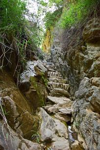 岩石之间的小路