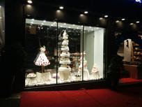 夜晚的蛋糕店橱窗