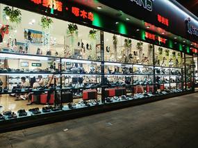 夜晚的鞋子专卖店