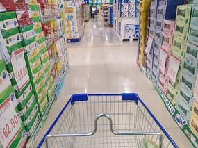 超市货架和购物 车