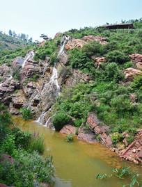 山坡上的水流瀑布