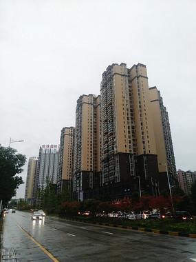 雨天傍晚的公路与高楼