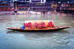 凤凰古城划船