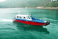 海上航行中的快艇