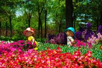 两个小娃娃在花坛里