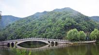 青山绿水石桥风景图