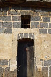 青石垒砌的石门
