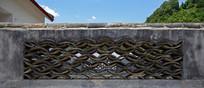 青瓦摆设的镂空围墙
