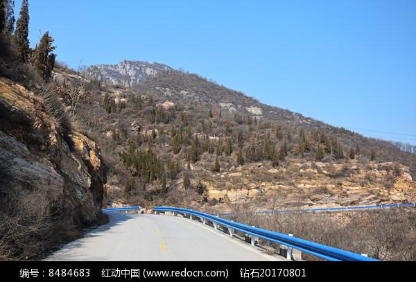 山腰上的盘山公路图片