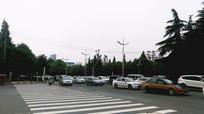 通过路口的很多车辆