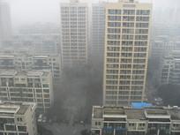 雾霾中的城市楼房