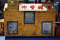 小吃街售货的木屋
