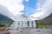 雪山白云和瀑布