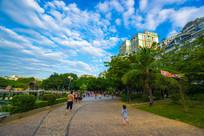 市民在南门公园散步