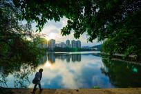 小孩子在惠州南湖边看湖