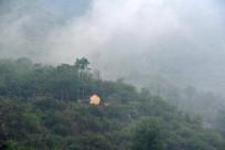 雨后云雾中太行山里的老房子