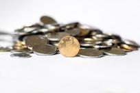 堆成小山的人民币硬币