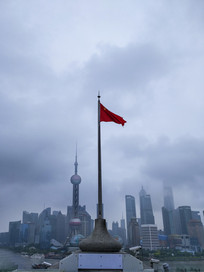红旗招展看东方