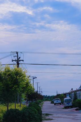 蓝天白云下的村庄