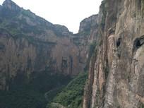 太行峡谷间的挂壁公路