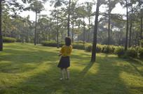 草坪上的女孩准备跳起来