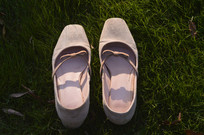 草地上的裸色高跟鞋