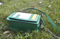 草地上的小方包