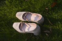 草坪上的一双高跟鞋