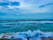 海浪拍打沙滩