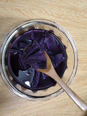 桌上的紫薯糖水