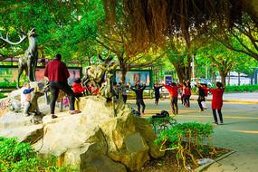 公园里跳广场舞的大妈们