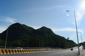 蓝天下的山坡与公路