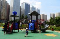 城市高楼旁的儿童娱乐设施