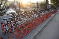 晨曦中的摩拜单车