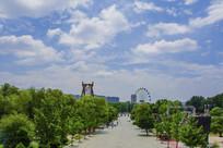 东山乐园游乐场与漫天白云