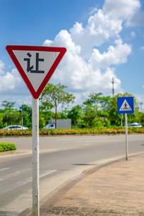 公路上的指示牌