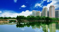 蓝天下清净湖水旁边的高楼