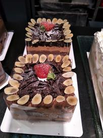两个巧克力蛋糕