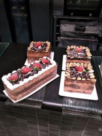 四个巧克力蛋糕